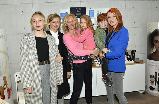 Herečka s dcerou Sofií, Kristinou Kloubkovou a Romanou Pavelkovou na charitativní akci