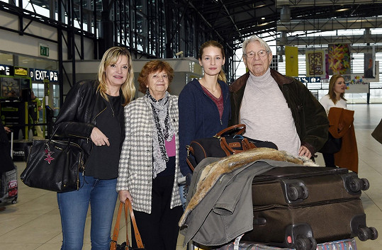 Na letišti na modelku čekala maminka Taťjána, babička i dědeček.