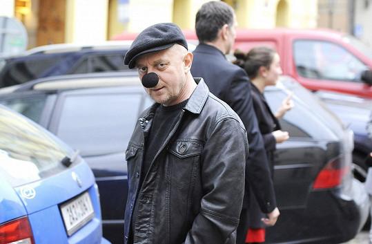 Petr Čtvrtníček přišel s černým klaunským nosem.