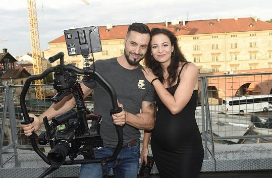 Vašek Noid Bárta obsadil do nového klipu partnerku Elišku Grabcovou.