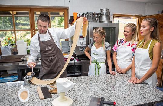 Kubíčková miluje vaření i pečení, proto se ráda nechala během pobytu v Itálii poučit od zkušeného kuchaře Markuse Holzera, jak připravit tradiční dobroty.