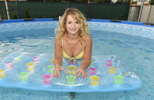 Markéta se nám v bazénu ukázala v nových plavkách.