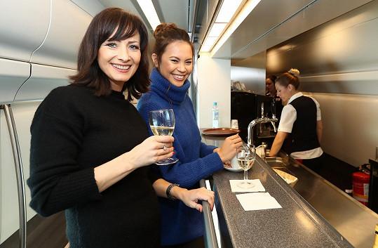 Daniela vyrazila na Slovensko vlakem. V Pendolinu si dala skleničku s Monikou Leovou.