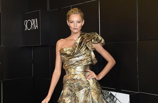 Na finále oblékla modelka šaty z dílny Vivienne Westwood.