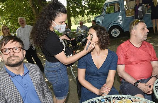 Nezbytné úpravy od maskérky během natáčení filmu.