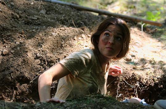 Ubohá herečka v improvizovaném hrobě.