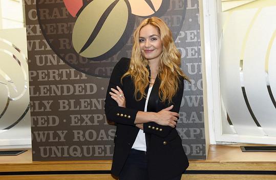 Taťána Kuchařová převzala v kavárně šek pro svou nadaci Krása pomoci.