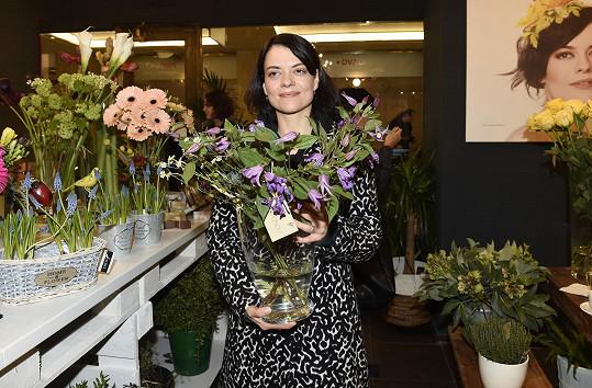 Jana na otevření kadeřnictví vedle domovského divadla Studio Dva vázala kytku z lučního kvítí.