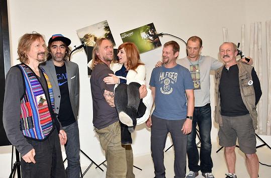 Vica v náruči představitele hlavního hrdiny Tomáše Hájíčka s dalšími protagonisty