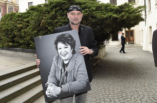 Fotograf Jakub Ludvík daroval Jiřince její fotografii.