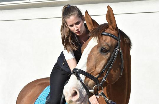 Na koni jí to slušelo.