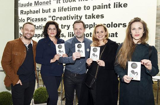 Marek Dědík, Ilona Csáková, Monika Absolonová a Petra Nesvačilová s autorem knihy Rekviem za Pluto Adamem Chromým