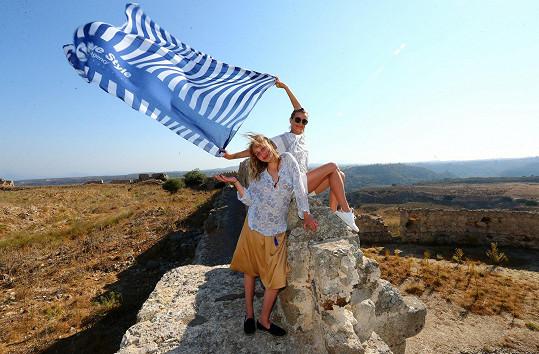 Ivana s dcerou Sofií na zřícenině hradu nad mořem