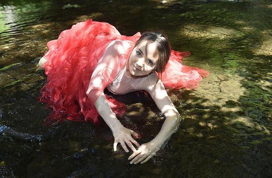 Potok, do kterého se musela v kostýmu ponořit, byl dost studený.