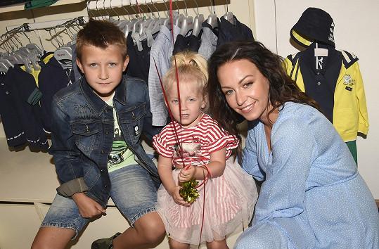 S Prachařem má dceru Miu, z předchozího vztahu syna Kryšpína.