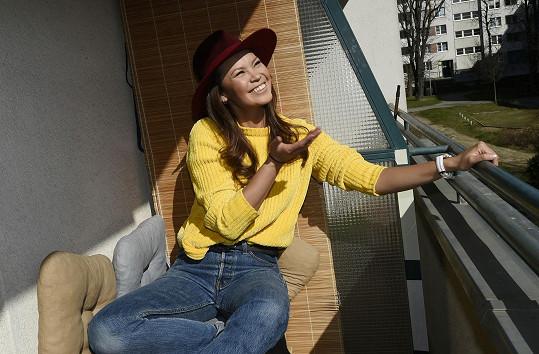 Když vysvitne slunce, vychutná si moderátorka šálek kávy na balkoně.