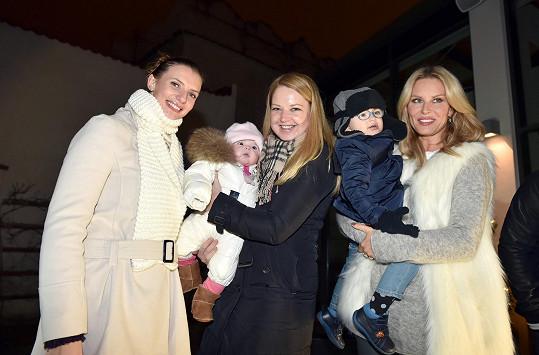 Spolu se Simonou Krainovou a Monikou Sommerovou rozsvěcela Karolína vánoční stromek.