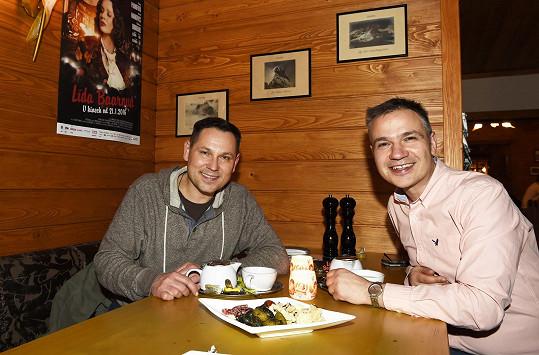 Pavel Vítek s partnerem Janisem Sidovským v restauraci
