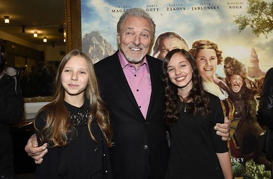 Karel Gott s nejmladšími dcerami Nelly Sofií (vlevo) a Charlotte Ellou.