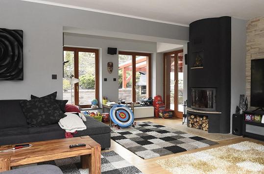 Obývací pokoj je velký a vchází se z něj na zahradu.