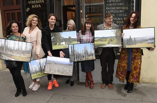 Stihla ale i zahájit výstavu fotografií Šumavy Heleny Váňové (uprostřed).