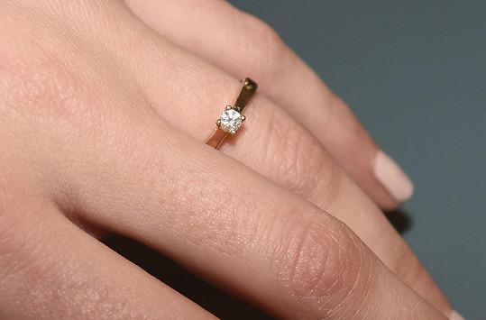 Ukázala zásnubní prsten.