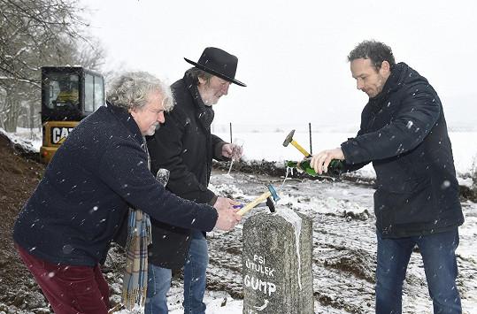 S režisérem F. A. Brabcem a Bolkem Polívkou odhalili základní kámen psího útulku, který se staví z peněz, které projekty vydělaly.
