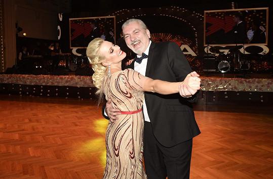 Střihla si i tanec s kolegou Danielem Hůlkou, který na plese také zpíval.