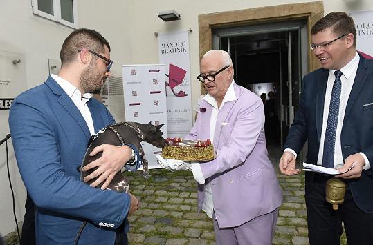 Organizátor výstavy Jiří Pospíšil předal Blahnikovi dort od Medy Mládkové. Zároveň mu splnil jeho přání a ukázal mu svou fenku, kterou sběratel psů Blahnik toužil poznat.