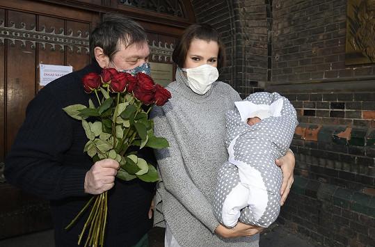 Ornella s manželem Pepou po odchodu z porodnice