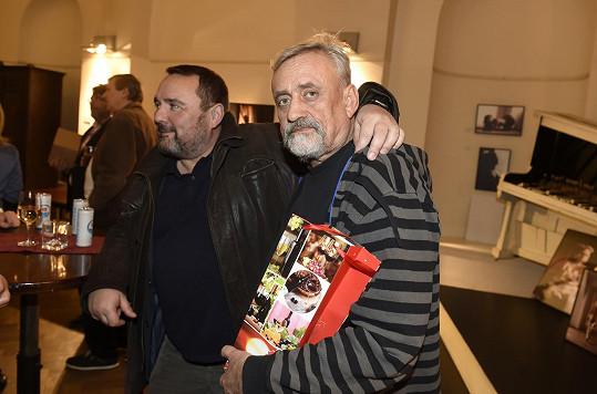 Ivan Vodochodský a Richard Tesařík s dárkem pro oslavence