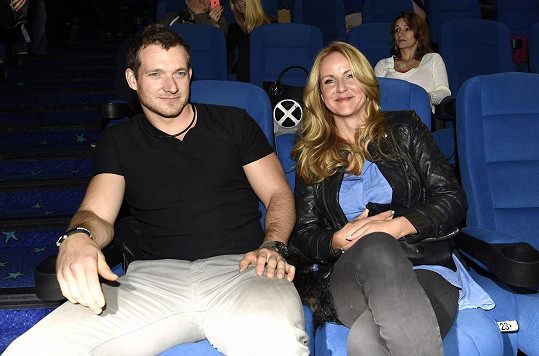 Do kina se přišla podívat Vendula Pizingerová s manželem Pepou.