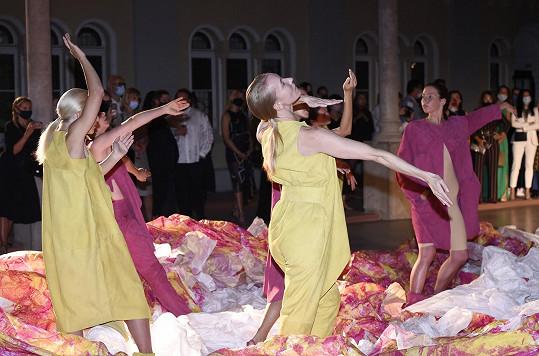 Zahajovací večer zářijové edice Mercedes-Benz Prague Fashion Weeku obohatila výtvarná performance Liběny Rochové.