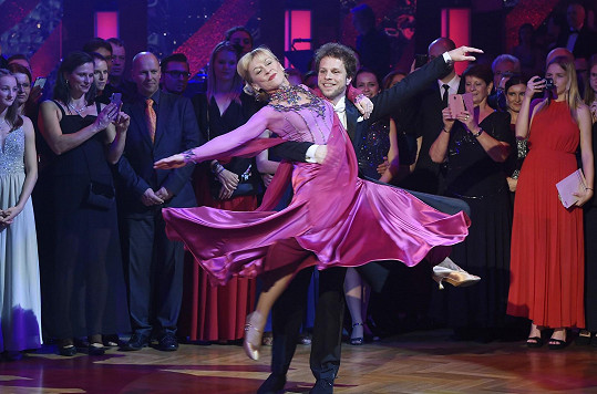 Tančili na charitativním plese StarDance.