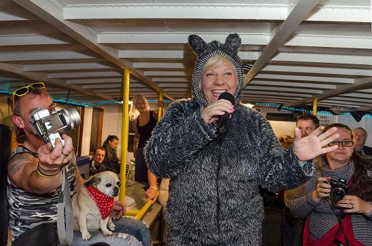 Marie Pojkarová v psím oblečku rozjela na parníku divoký večírek.