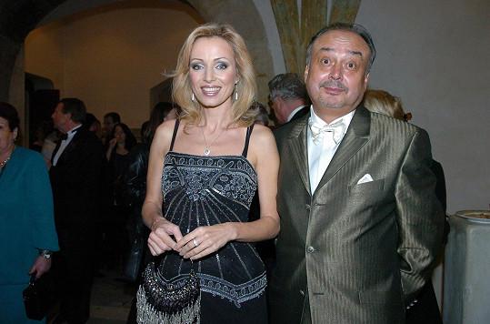 Vzhledem k tomu, že pohřeb měla ve své režii Kovarčíkova manželka Dagmar, tak bývalé přítelkyně, mezi něž patří i Kateřina Brožová, nebyly pozvány.