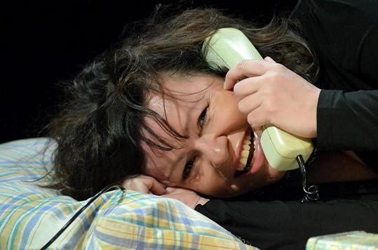 Ve hře Lidský hlas se na konci oběsí na telefonní šňůře.