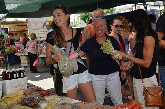 Iva s kamarádkou Sotirou na trhu