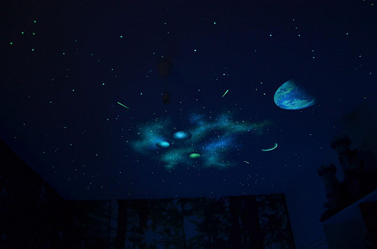 Na stropě mu září hvězdy a planety.