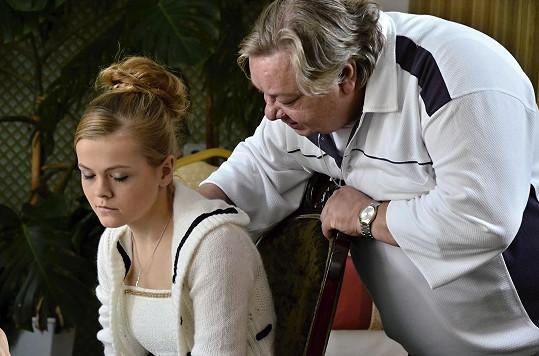 Karolína Utikalová hraje dospívající dceru Yvonny (Mahuleny Bočanové), kterou zneužije režisér (Norbert Lichý).