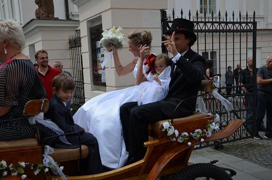 Novomanželé s dětmi v kočáře