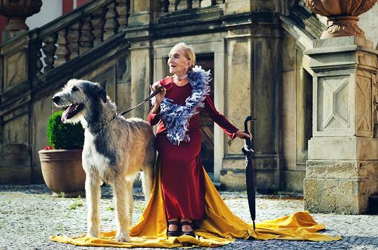 V létě byla čerstvě po operaci krčku, tak při pózování se psem musela sedět.