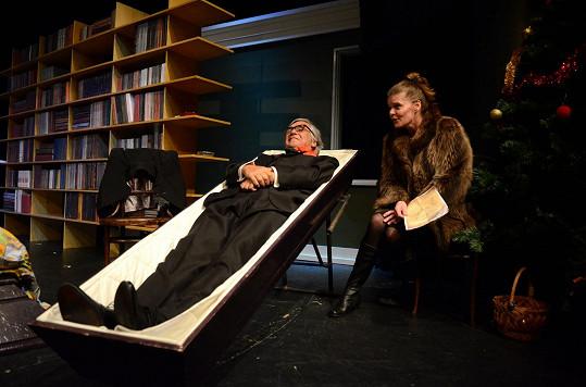 V představení Moje hra Bartoška celou dobu leží v rakvi (na snímku se Zuzanou Bydžovskou).