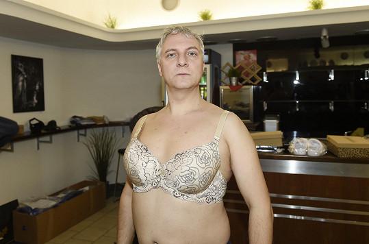 Do dámského spodního prádla se musel obléknout i Bronislav Kotiš.