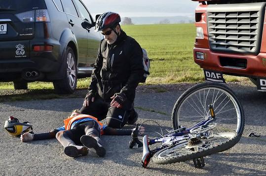 Radim Fiala měl během natáčení seriálu nehodu na kole. Přitom ve scénáři měl z kola spadnout jeho seriálový syn (na snímku).