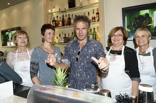 Janek spolu se sedmi dámami z Mamma Help míchal speciální růžový koktejl, který je součástí kampaně Pinktober. Ta bude v Hard Rock Café probíhat celý říjen, aby podpořila boj proti rakovině prsu.