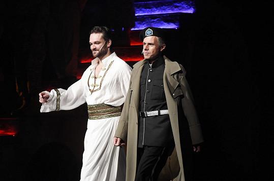 Janek Ledecký jako Iago s Othellem Tomášem Novotným