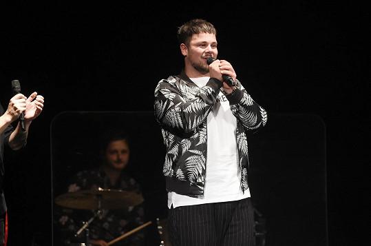 Zpívání před živým publikem si užíval.