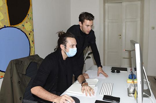 Se svým agentem Romanem Holárkem v agentuře