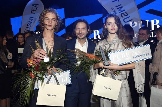 Vyhrál půl miliónu korun. Na fotce se svým agentem Romanem Holárkem a vítězkou Annou Brodeckou.